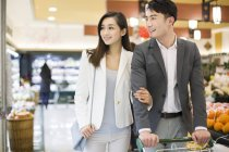 Chinese couple shopping in supermarket — Stock Photo