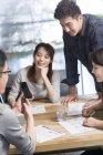 Китайський його працівників розвивається смартфон — стокове фото