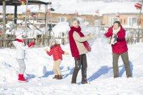 Китайський бабусь і дідусів, маючи сніжок боротися з дітьми — стокове фото