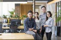 Team von It Arbeiter posieren zusammen im Büro — Stockfoto