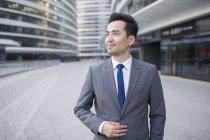 Homme d'affaires chinois regarder voir et sourire — Photo de stock