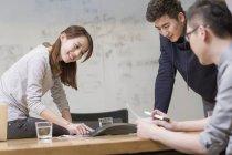 Китайские коллеги проводят телеконференцию в конференц-зале — стоковое фото