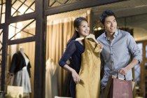 Chinesisches Ehepaar Wahl Kleid in Kleidung zu speichern — Stockfoto