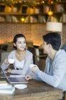 Étudiants chinois avec ordinateur portable et de café en café — Photo de stock