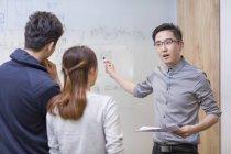 It cinese lavoratori hanno riunione in camera di Consiglio — Foto stock