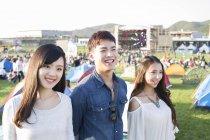 Китайський друзів, що стояв на фестивалі музики — стокове фото