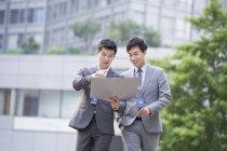 Китайские бизнесмены, работы с документами на улице — стоковое фото