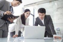 Chinesische Unternehmer mit Laptop in treffen — Stockfoto