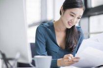 Femme d'affaires chinois travaillant dans le Bureau — Photo de stock