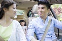 Chinese famille assis dans la voiture — Photo de stock