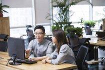 Chinoise elle travailleurs utilisant l'ordinateur de bureau — Photo de stock