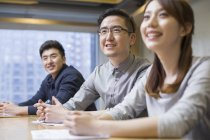 Китайские коллеги сидят на совещании в зале заседаний — стоковое фото