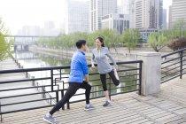 Coppia cinese matura che si estende nel parco — Foto stock