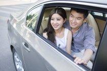 Китайская пара, сидя на заднем сиденье — стоковое фото