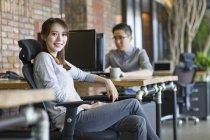 Mulher chinesa é trabalhador sentado no escritório — Fotografia de Stock