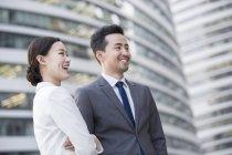 Китайський ділові люди, дивлячись на вигляд і посміхатися — стокове фото