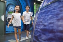 Niños chinos que visita el Museo de ciencia y tecnología - foto de stock