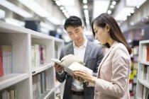 Китайская пара выбор книг в книжном магазине — стоковое фото