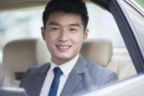 Ritratto di uomo d'affari cinese sul sedile posteriore — Foto stock