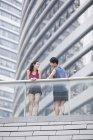 Couple chinois de joggeurs pause et parler — Photo de stock