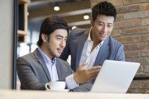 Asiatico uomini utilizzando laptop in caffè — Foto stock