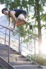 Chinoise runner gratuit sautant par-dessus la balustrade — Photo de stock