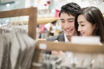 Cinese coppia acquistare souvenir in negozio di souvenir — Foto stock