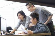 Chinês-trabalhadores usando o computador no escritório — Fotografia de Stock