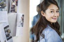 Portrait du designer féminin chinois, vous cherchez à huis clos — Photo de stock
