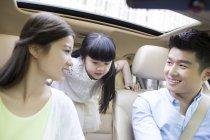 Китайські родини з дочкою, сидячи в машині — стокове фото