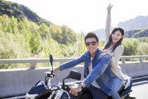 Couple chinois assis sur la moto — Photo de stock