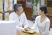 Старший китайский доктор принимая импульса пациентки — стоковое фото