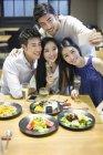 Amis prenant selfie smartphone au restaurant — Photo de stock