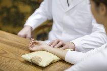 Чоловічий лікаря, приймаючи пульс пацієнта — стокове фото