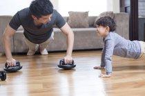Chinesischen Vater und Sohn zu Hause trainieren — Stockfoto