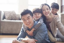 Ritratto della famiglia cinese che si trova giù sul pavimento della sala — Foto stock