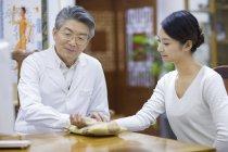 Старший Китайська лікаря-беручи пульс пацієнтки — стокове фото