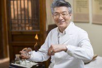 Chinese doctor performing cupping therapy — Stock Photo