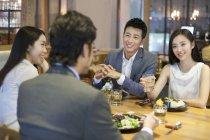 Китайские друзья, обедают вместе — стоковое фото