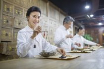 Китайские зрелая женщина весом травы в традиционной аптеки — стоковое фото