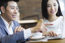 Empresários chineses usando laptop no café — Fotografia de Stock