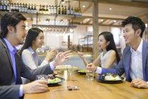 Китайський друзів обідають і говорити в ресторані — стокове фото