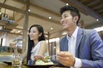 Chinesisches Ehepaar zusammen Abendessen — Stockfoto