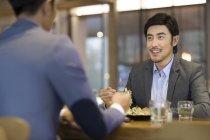 Uomini d'affari cinesi che cenano insieme — Foto stock