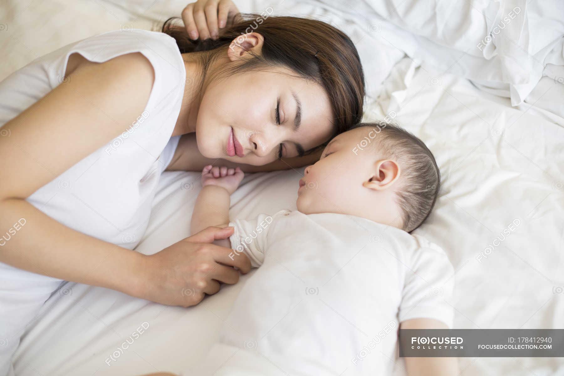 Секс мамы с сыном в спальне, Реальное русское онлайн видео секса матери с сыном 15 фотография