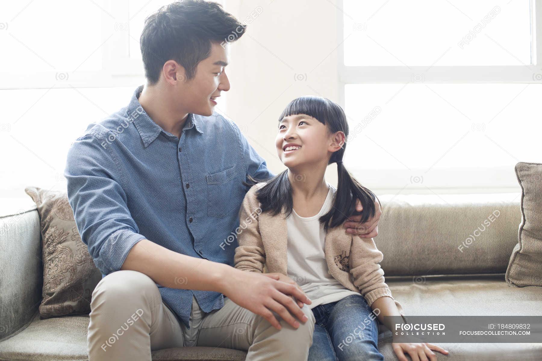 Японские шоу отец и дочь онлайн, Японское порно шоу отец должен отгадать дочь 12 фотография