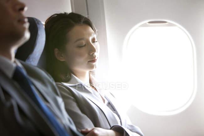 Negócios chineses dormindo em voo — Fotografia de Stock