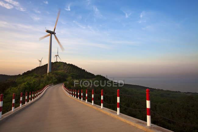 Les éoliennes dans le paysage de la colline — Photo de stock