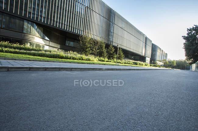 Scena urbana di costruzione contemporanea di Pechino e strada — Foto stock