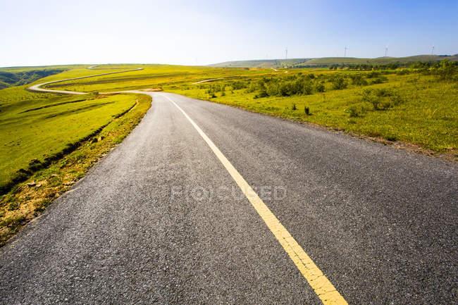 Landstraße in Grünland Landschaft in der Provinz Hebei, China — Stockfoto